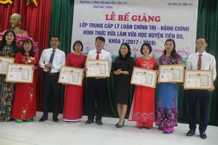 Lễ Bế giảng và trao bằng tốt nghiệp cho học viên lớp Trung cấp Lý luận chính trị - hành chính hình thức vừa làm vừa học huyện Tiên Du khóa 7 (2017-2019)